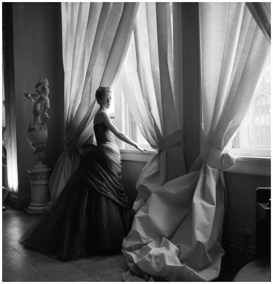 nancy-james-in-charles-james-swan-gown-1955-photo-cecil-beaton