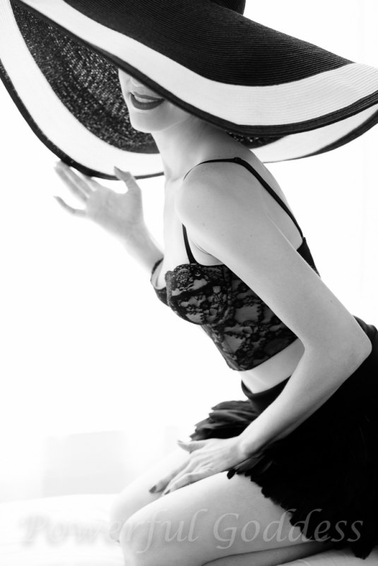 _S5A6117NYC-NJ-Summer-Hat-Glamour-Boudoir-Portraits-Powerful-Goddess-Portraits-Sharon-Birke