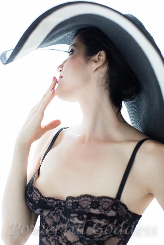 _S5A6135NYC-NJ-Summer-Hat-Glamour-Boudoir-Portraits-Powerful-Goddess-Portraits-Sharon-Birke